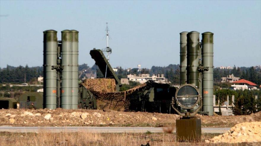 Sistemas de defensa aérea rusos desplegados en la base aérea de Hmeimim, en la provincia de Latakia, en el noroeste de Siria.