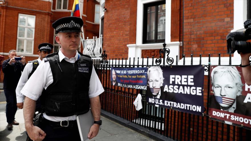 Policías británicos frente a la embajada de Ecuador en Londres, capital británica, 20 de mayo de 2019. (Foto: AFP)