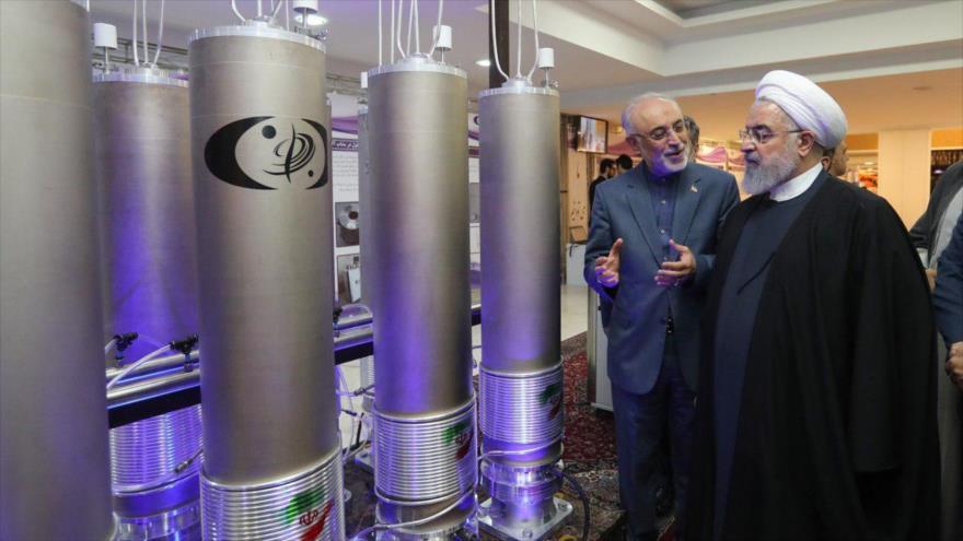 El jefe de la Organización de Energía Atómica de Irán (OEAI), Ali Akbar Salehi, muestra al presidente iraní, Hasan Rohani, algunos logros nucleares.