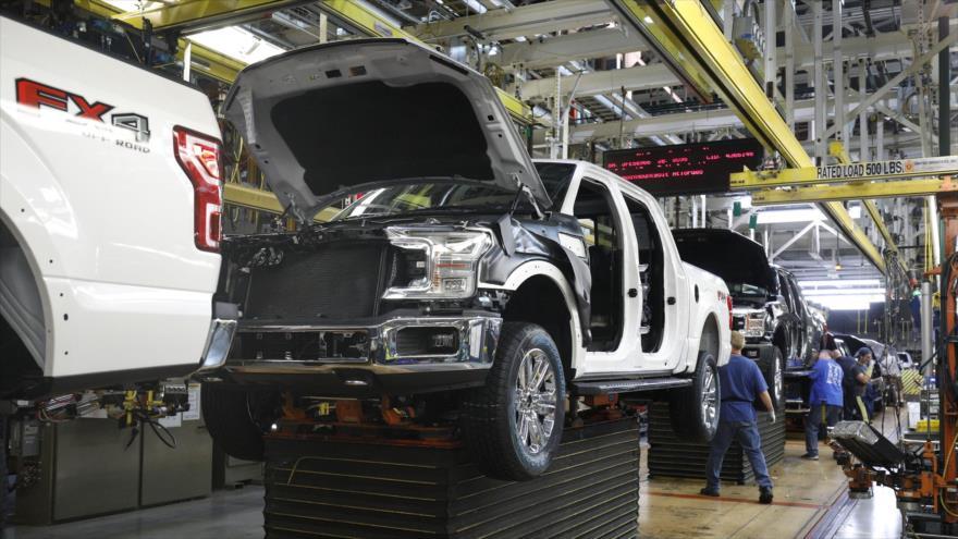Empleados trabajan en una fábrica de la empresa automotriz estadounidense Ford, 28 de septiembre de 2019. (Foto: AFP)