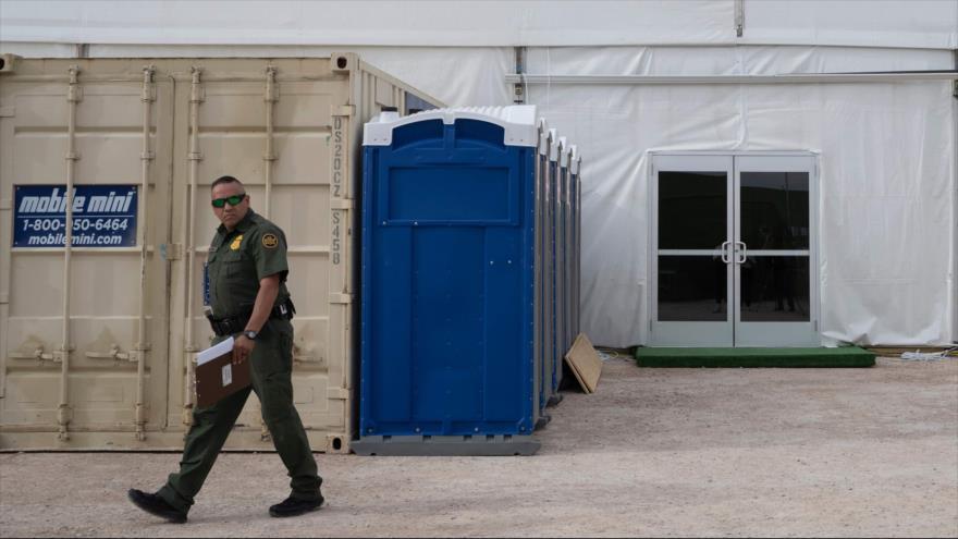 Un agente de la Patrulla Fronteriza de EE.UU fuera de una instalación de retención temporal fronteriza, El Paso, Texas, 2 de mayo de 2019. (Foto: AFP)