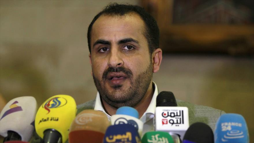 El portavoz del movimiento yemení Ansarolá, Muhamad Abdulsalam, habla a la prensa.