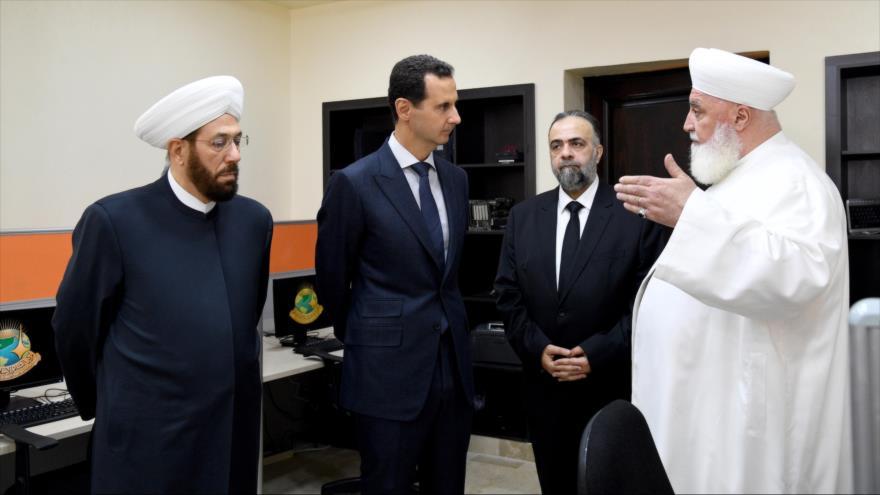 El presidente de Siria, Bashar al-Asad (centro) con importantes personalidad en la inauguración del centro islámico Sham, Damasco, 20 mayo de 2019.