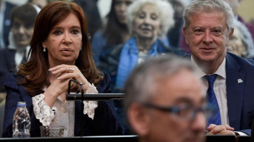 La expresidenta argentina Cristina Fernández junto a su abogado defensor, Carlos Beraldi, en los juzgados, Buenos Aires, 21 de mayo de 2019. (Foto: AFP)