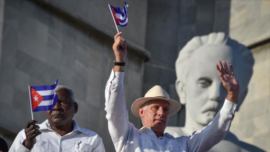 El presidente cubano, Miguel Díaz-Canel, sostiene una bandera cubana durante el mitin del primero de Mayo en la plaza de la Revolución, en La Habana. (Foto: AFP)