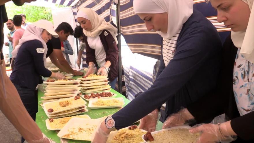 Voluntarios sirios ofrecen comida a los necesitados en Ramadán