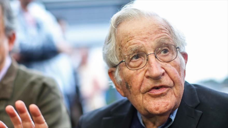 El lingüista estadounidense Noam Chomsky, conversa durante una conferencia de prensa en Brasil, 20 de septiembre de 2018. (Foto: AFP)