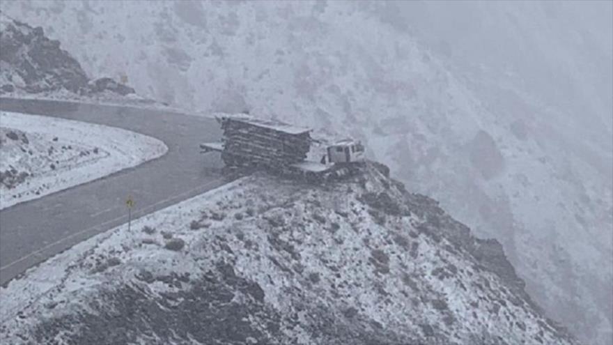 Vídeo: Miren cómo un camión casi cae al vacío en alta montaña