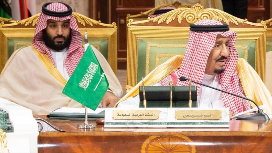 Rey saudí Salman bin Abdulaziz (centro) y su príncipe heredero, Mohammed bin Salman (izda.), en Riad, 9 de diciembre de 2018. (Foto: AFP)