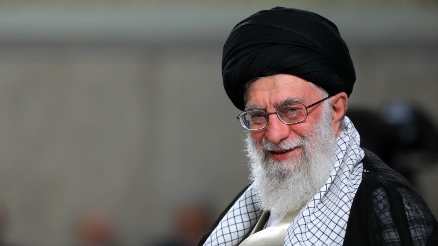 El Líder de la Revolución Islámica de Irán, el ayatolá Seyed Ali Jamenei, reunido con estudiantes universitarios persas en Teherán, 22 de mayo de 2019.
