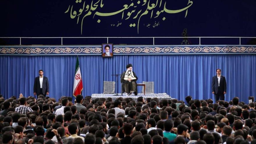 El Líder de la Revolución Islámica de Irán, el ayatolá Seyed Ali Jamenei, reunido con estudiantes universitarios iraníes en Teherán, 22 de mayo de 2019.