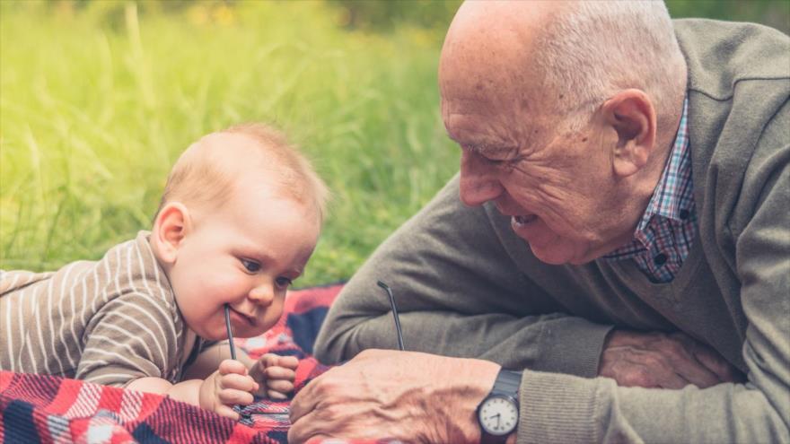 Un estudio asegura que los abuelos y las abuelas que cuidan a sus nietos viven más.