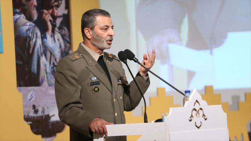 El comandante en jefe del Ejército de Irán, el general de brigada Abdul Rahim Musavi, habla en un acto público.