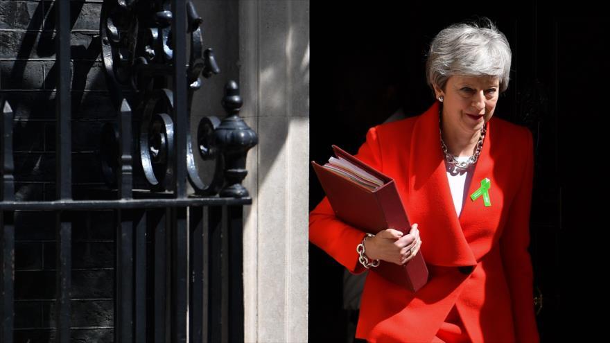 La primera ministra británica, Theresa May, deja el número 10 de Downing Street (sede gubernamental) en Londres, 15 de mayo de 2019. (Foto: AFP)