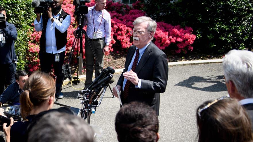 El asesor de Seguridad Nacional de EE.UU., John Bolton, habla con los periodistas en la Casa Blanca, 30 de abril de 2019, (Foto: AFP)