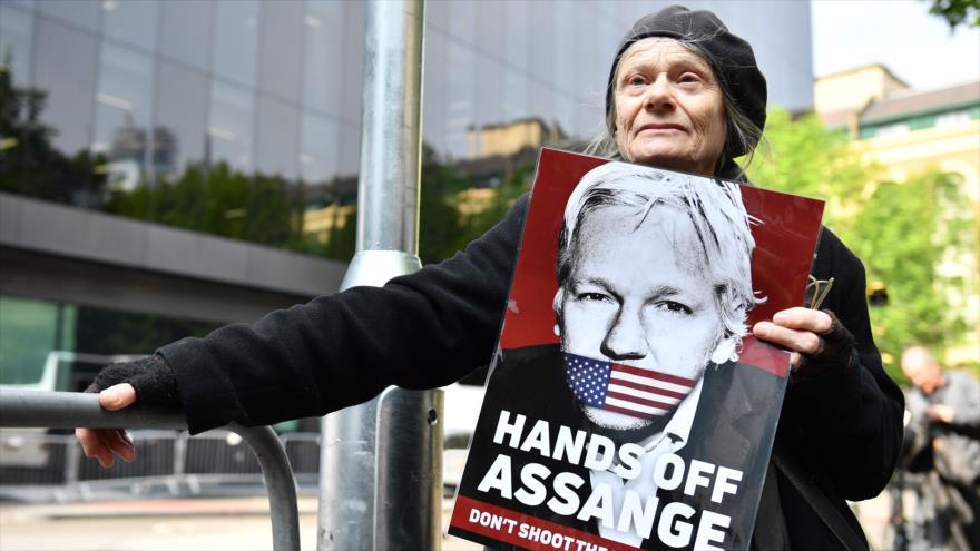 Una mujer partidaria a Julian Assange protesta frente a la corte en Londres donde el activista fue condenado, 1 de mayo de 2019. (Foto: AFP)