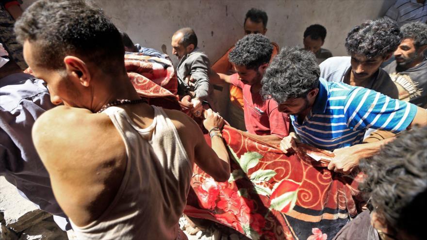 Yemeníes llevan los cuerpos sin vida de los muertos de un ataque saudí, 16 de mayo de 2019. (Foto: AFP)