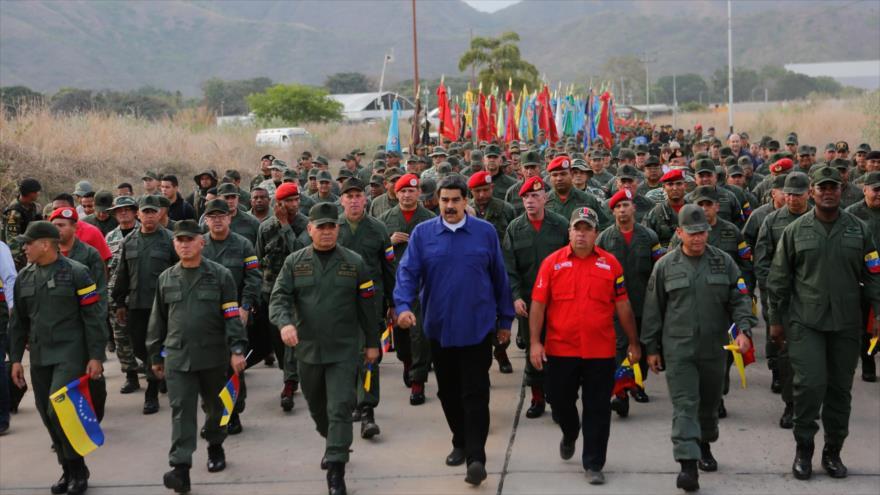 El presidente de Venezuela y su ministro de Defensa durante una marcha por lealtad militar en el estado de Aragua, 17 de mayo de 2019. (Foto: AFP)