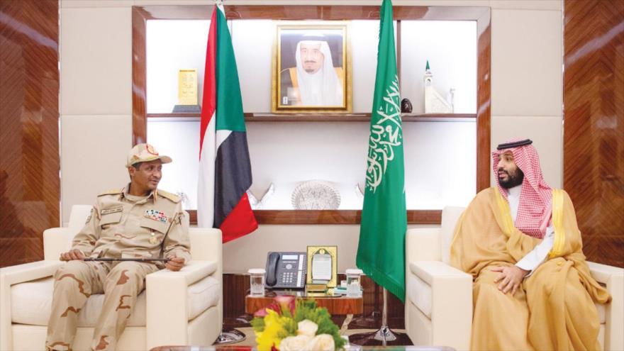 El príncipe saudí, Muhamad bin Salman (dcha) y el Jefe adjunto del Consejo militar de transición de Sudán, Muhamad Hamdan Dagalo, en Yeda, Arabia Saudí. 24 de mayo de 2019.