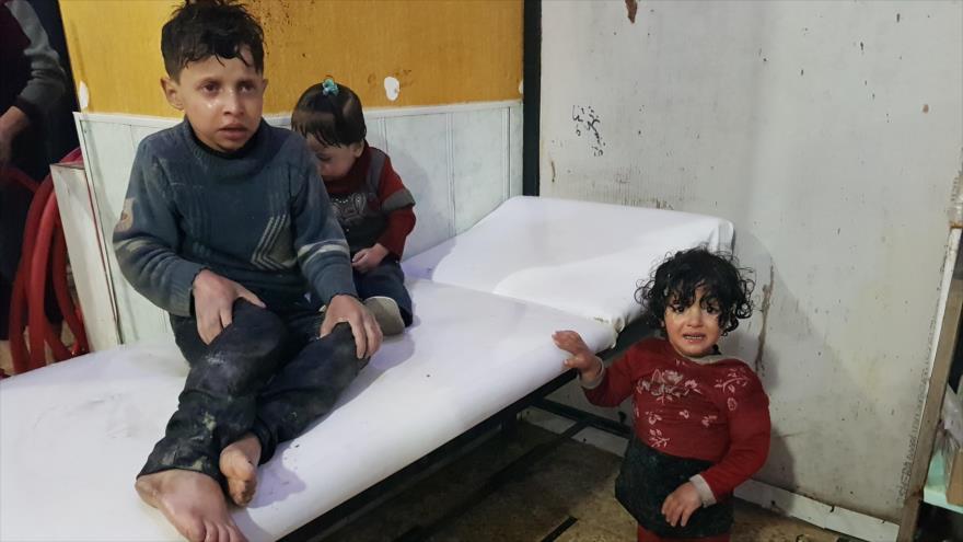 Menores siros presentan síntomas de asfixia por un presunto ataque químico en Duma, 7 de abril de 2018.