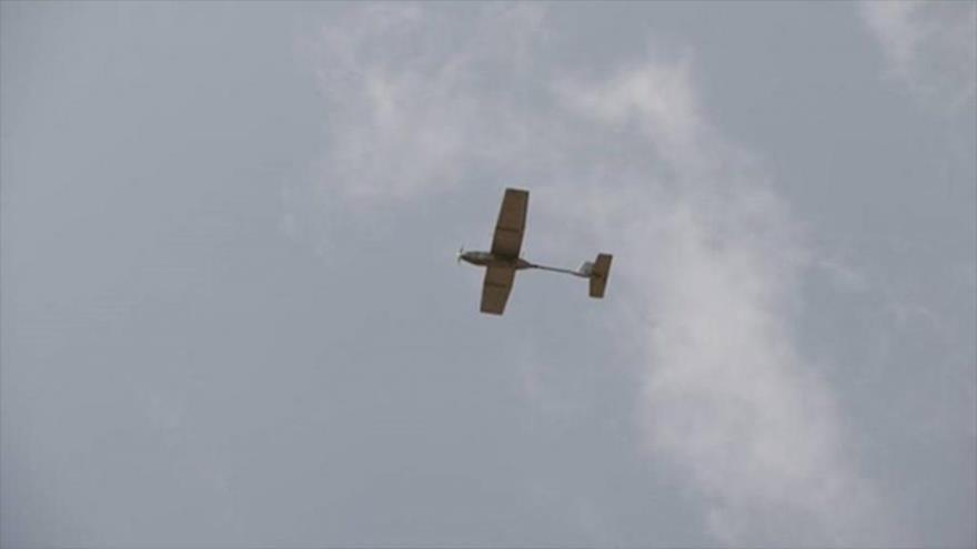 Un avión no tripulado yemení en pleno vuelo.