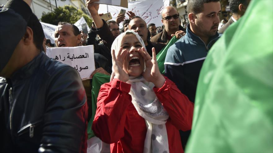 Manifestantes argelinos piden la renuncia del presidente encargado, Abdelkader Bensalah, en Argel (capital), 10 de abril de 2019. (Foto: AFP)