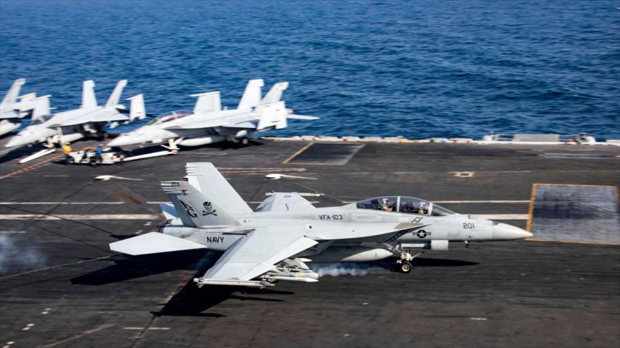 Aviones de combate de EE.UU. en el portaviones USS Abraham Lincoln en el golfo de Omán, situado en el océano Índico, 22 de mayo de 2019. (Foto: AFP)