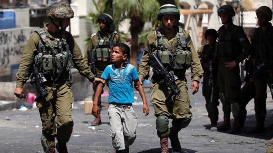 Fuerzas israelíes detienen a un menor palestino en la Cisjordania ocupada.