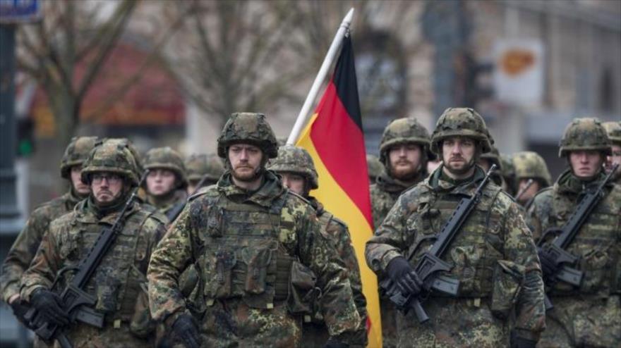 Efectivos de las fuerzas armadas unificadas de Alemania, conocidas como la Bundeswehr, en un desfile militar.