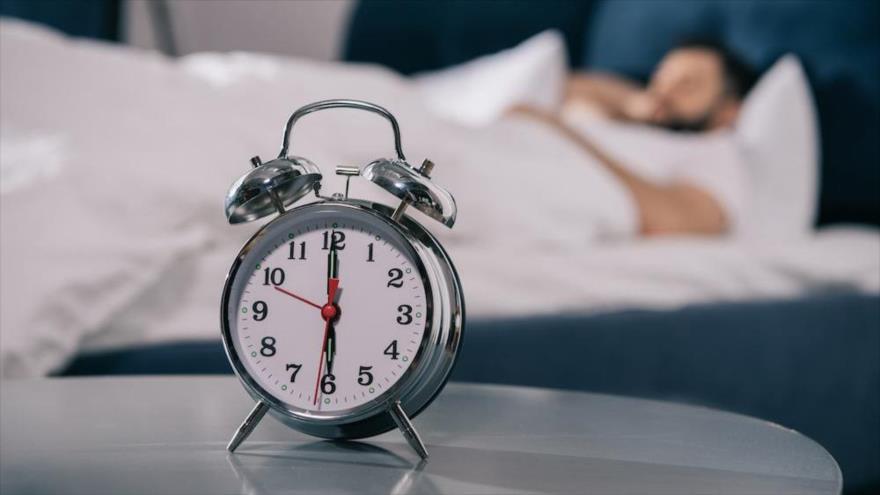 Estudio revela que dormir menos de 7 horas reduce reguladores clave para la salud vascular.