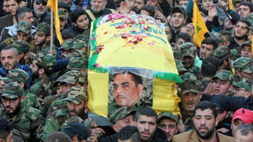 Libaneses celebran en Beirut el funeral de Samir Kuntar, un líder de Hezbolá, asesinato en un ataque aéreo israelí en Siria en diciembre de 2015.