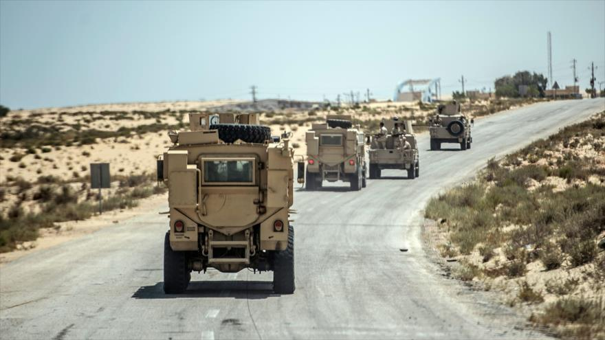 Fuerzas de seguridad de Egipto de camino a la ciudad de Al-Arish, en el norte de la península nororiental del Sinaí, 27 de julio de 2019. (Foto: AFP)