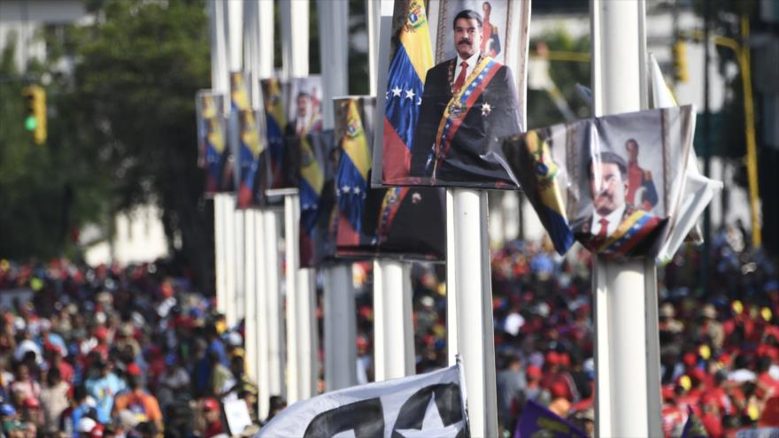Carteles con la efigie del presidente venezolano, Nicolás Maduro, en una manifestación en Caracas, 1 de mayo de 2019. (Foto: AFP)