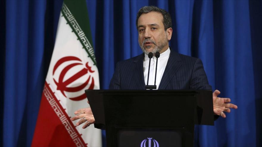 El vicecanciller iraní, Seyed Abás Araqchi, ofrece una rueda de prensa en Teherán, capital persa, 15 de enero de 2017. (Foto: AP)