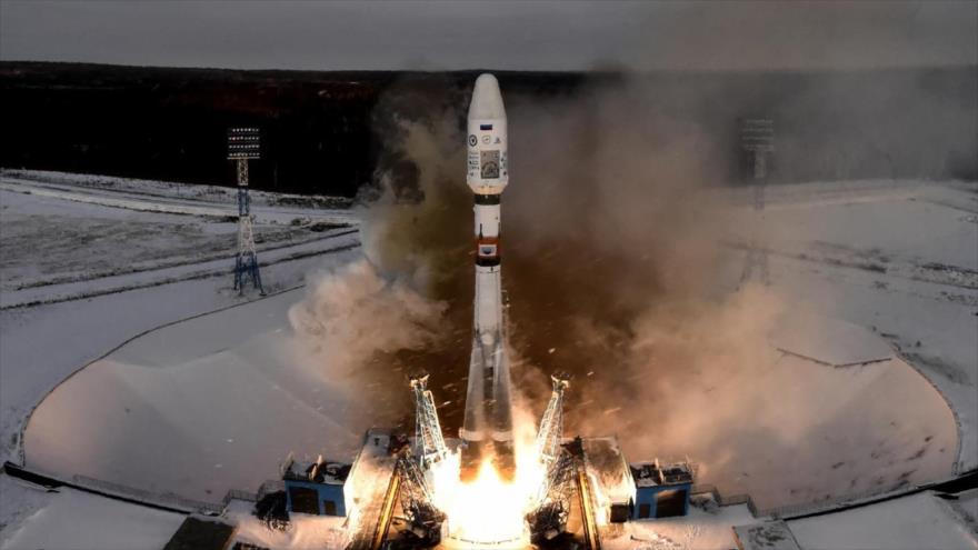 El cohete Soyuz-2.1b que transporta el satélite de Rusia y otros equipos se despega de la plataforma de lanzamiento en Vostochny, 28 de noviembre de 2017.