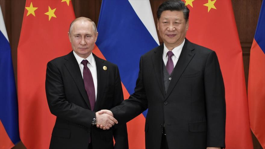 El presidente chino, Xi Jinping (dcha.), y su homólogo ruso, Vladimir Putin, durante una reunión en Pekín, 26 de abril de 2019. (Foto: AFP)