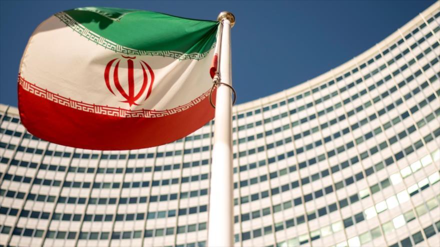 Una bandera iraní ondea fuera de la sede de la Agencia Internacional de Energía Atómica (AIEA) en Austria, 10 de septiembre de 2018. (Foto: AFP)