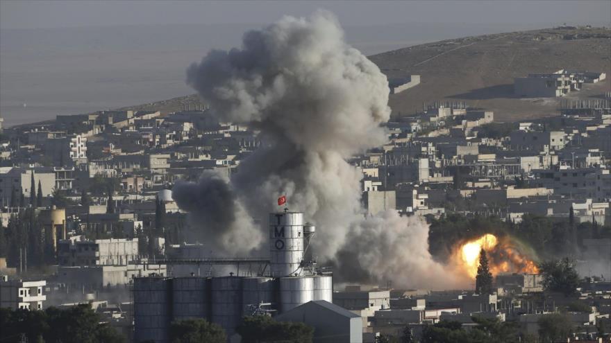 Una nube de humo se eleva después de un bombardeo de la coalición internacional, dirigida por EE.UU., en la ciudad siria de Kobani, 10 agosto de 2014.
