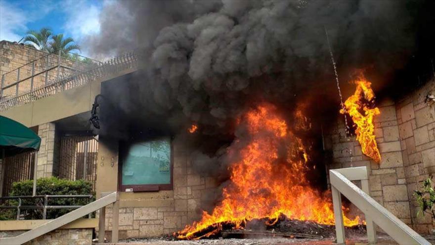 Manifestantes hondureños incendian entrada de la embajada de EEUU
