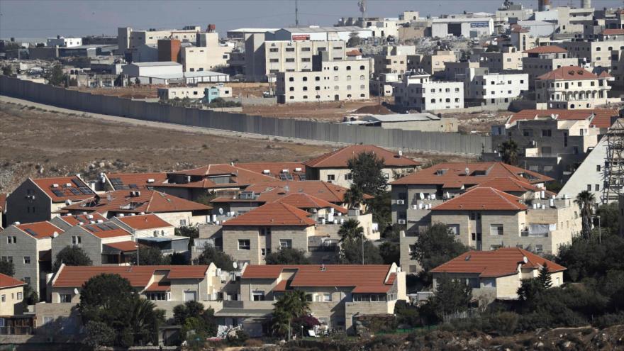 Vista general del asentamiento ilegal israelí de Pisgat Zeev en el este de Al-Quds (Jerusalén), 27 de septiembre de 2018. (Foto: AFP)
