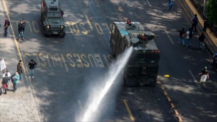 Carabineros reprimen brutalmente protesta estudiantil en Chile