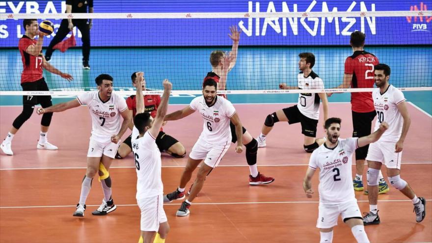 Jugadores de la selección de Voleibol de Irán celebran su victoria ante Alemania en un partido celebrado en la ciudad china de Jiangmen, 2 de junio de 2019.