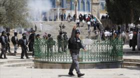 Soldados y colonos israelíes atacan a fieles palestinos en Al-Aqsa