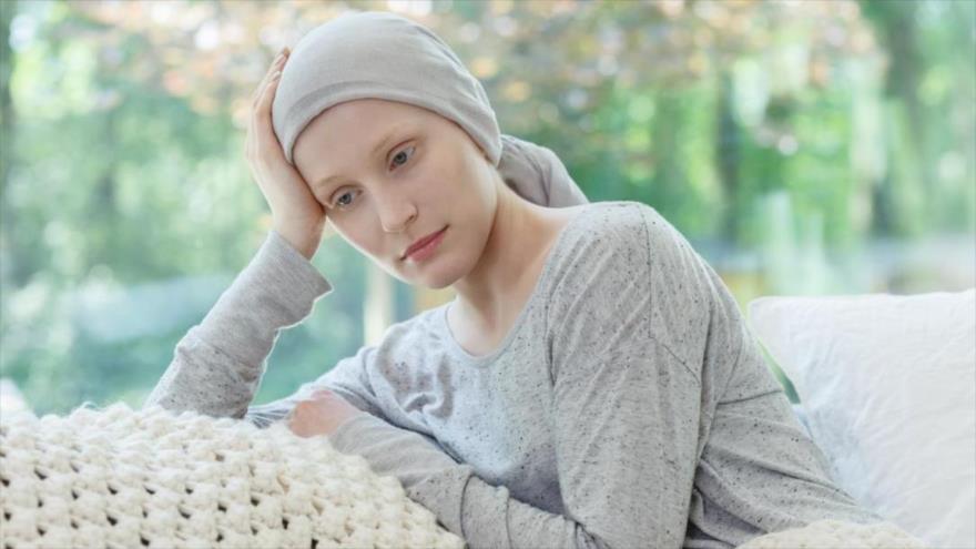 Mujeres sobreviven más, pero también sufren más del tratamiento de cáncer.
