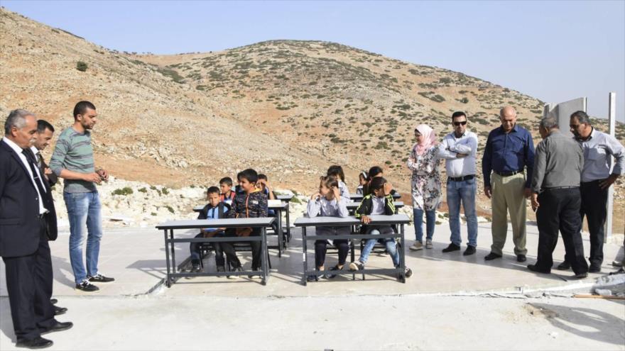 Alumnos de la localidad palestina de Ibziq reciben clases en el solar de las aulas desmanteladas por el ejército de Israel, octubre de 2018.