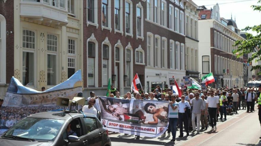 Cientos de manifestantes conmemoran el Día Mundial de Al-Quds frente a la sede de la Corte Penal Internacional (CPI), en La Haya, 3 de junio de 2019.