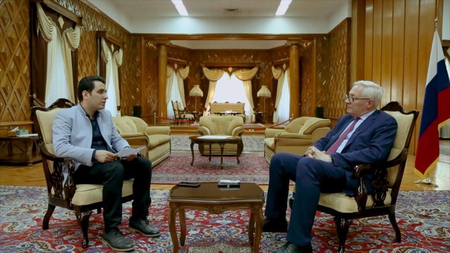 El vicecanciller ruso, Serguéi Riabkov, (dcha.) durante un entrevista concedida al portal iraní de noticias Ifpnews.