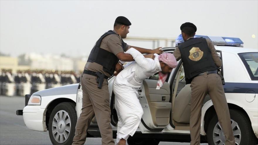 Agentes militares saudíes arrestan a un ciudadano en Riad, la capital de Arabia Saudí.