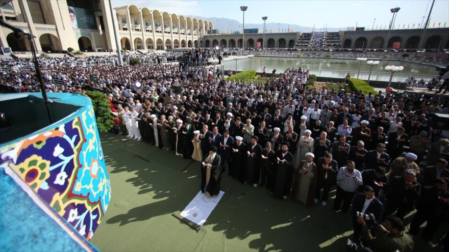 El Líder de la Revolución Islámica, el ayatolá Seyed Ali JAmenei, dirige el rezo del Eid al-Fitr, Teherán, 15 de junio de 2018. (Foto: khamenei.ir)