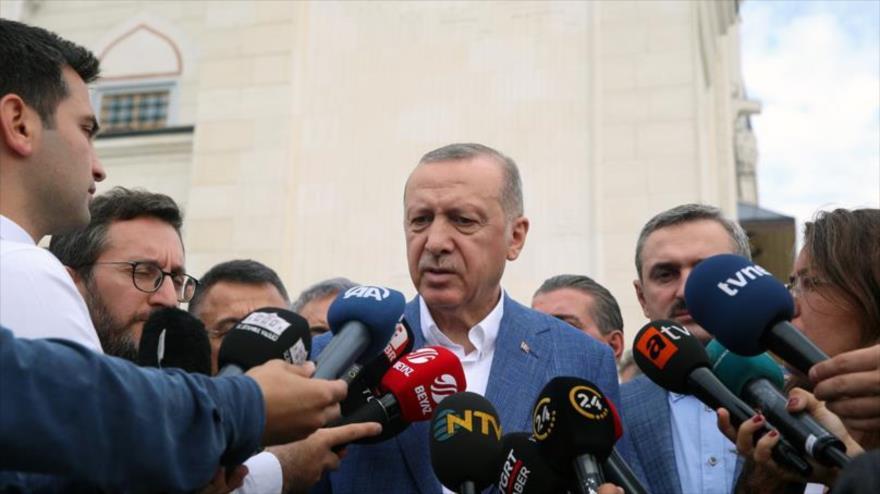 El presidente turco, Recep Tayyip Erdogan, habla con los periodistas tras la oración del Eid al-Fitr, Estambul, 4 de junio de 2019. (Foto: tccb.gov.tr)